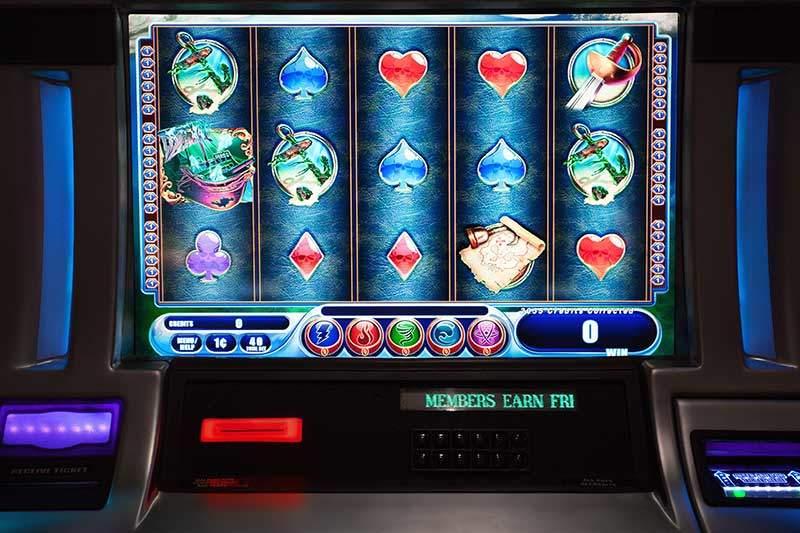 Jsou výherní automaty online lepší než ty klasické v kamenných kasínech?